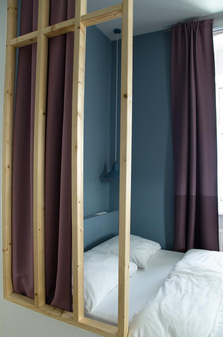 Umbau kleines Apartment, farbliche Raumteilung, Wohn- und Schlafbereich, Renovierung, Einrichtungsideen, Innenraumgestaltung, Malerei, Wandfarben