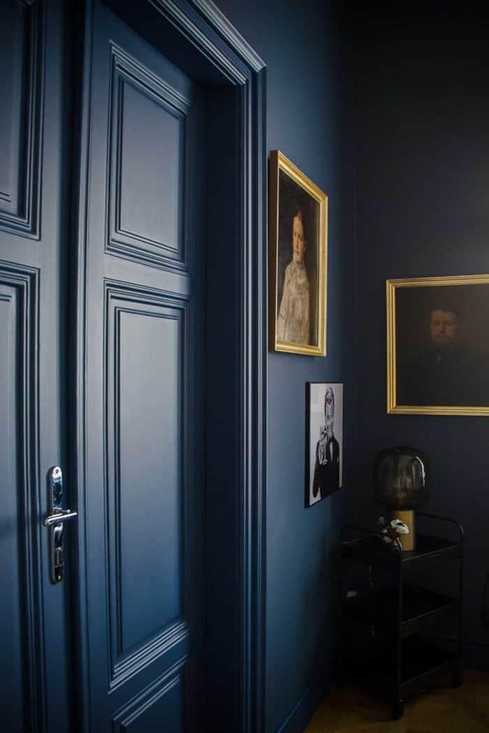 Malereie Dunkelblau Wand und Flügeltüre